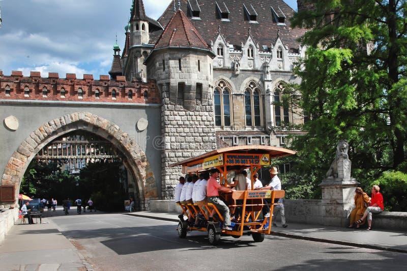 布达佩斯,匈牙利-大约2014年7月:与游人的BierBike是 库存照片
