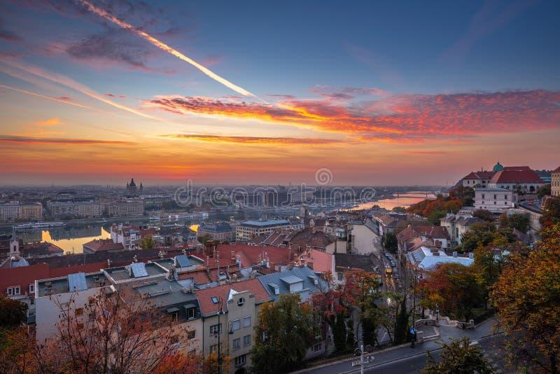 布达佩斯,匈牙利-布达佩斯空中地平线视图日出的与美丽的五颜六色的天空 库存图片