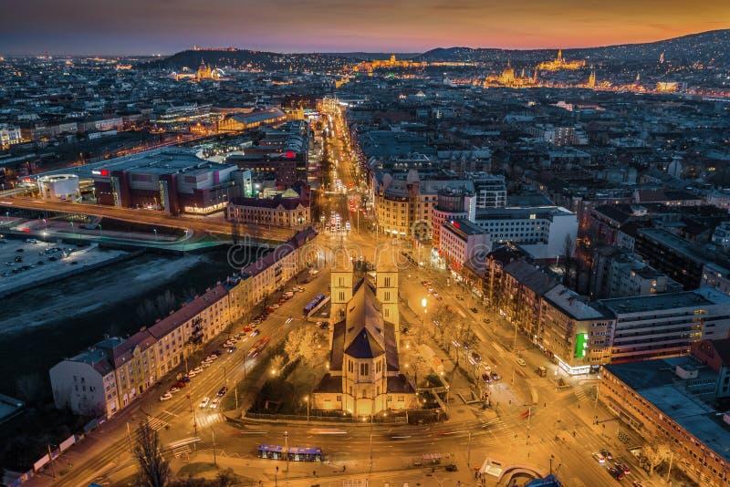 布达佩斯,匈牙利-布达佩斯空中地平线视图黄昏的与有启发性圣玛格丽特教会和议会,圣斯蒂芬的 免版税库存图片