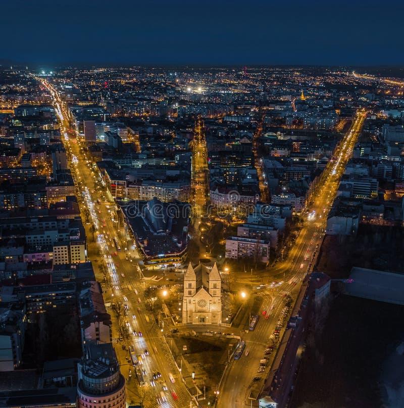 布达佩斯,匈牙利-布达佩斯街市鸟瞰图黄昏的与有启发性教会 库存图片