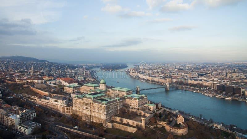 布达佩斯,匈牙利-布达城堡空中地平线视图和塞切尼塞切尼链桥和多瑙河 在布达佩斯的寄生虫 免版税库存照片