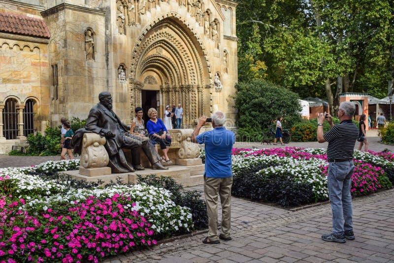 布达佩斯,匈牙利- 2019年9月,13日-摆在为与匈牙利政客的雕象的图片的游人 图库摄影
