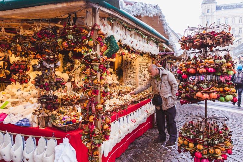 布达佩斯,匈牙利- 2018年12月19日:享受美好的圣诞节市场的游人和本地人在圣斯蒂芬 免版税库存图片