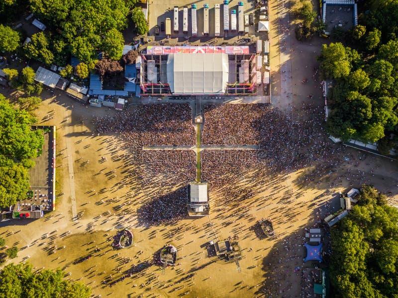 布达佩斯,匈牙利- 2018年8月12日:人群的航空摄影在Sziget节日的主要阶段的前面从上面 库存图片