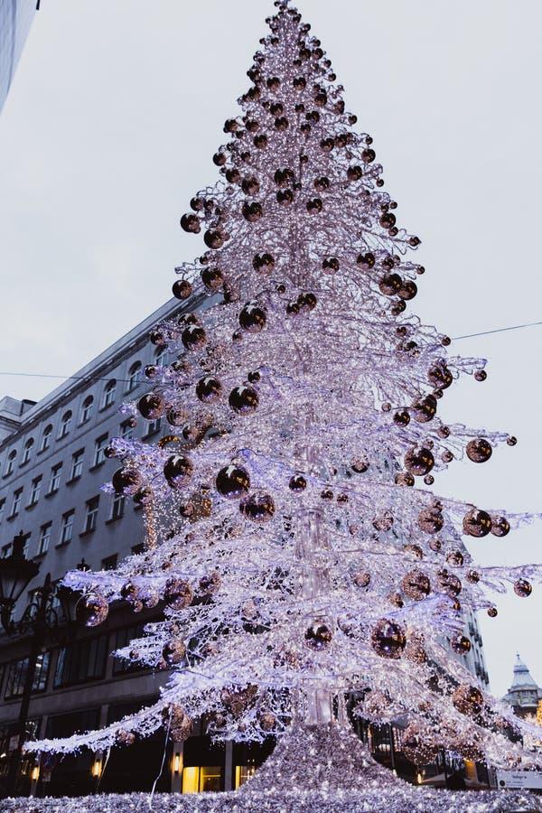 布达佩斯,匈牙利- 2018年1月01日:在时尚街道的圣诞树有圣诞节装饰的在布达佩斯,匈牙利 免版税库存照片