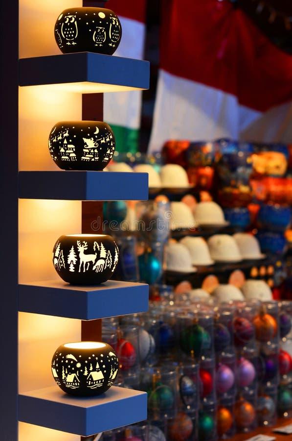 布达佩斯,匈牙利- 2017年12月21日:在纪念品商店的诞生场面 在公平的圣诞节的销售 库存照片