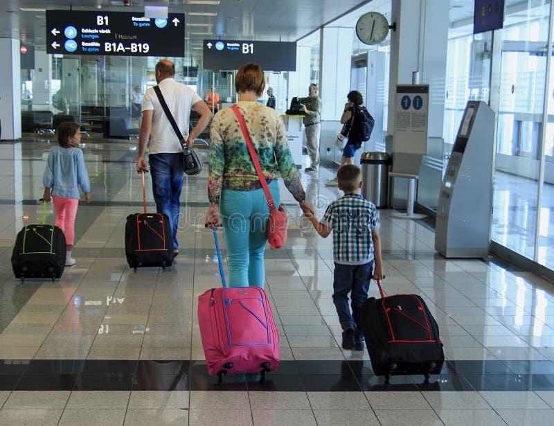 布达佩斯,匈牙利- 2017年8月19日:带着手提箱的家庭在机场 图库摄影