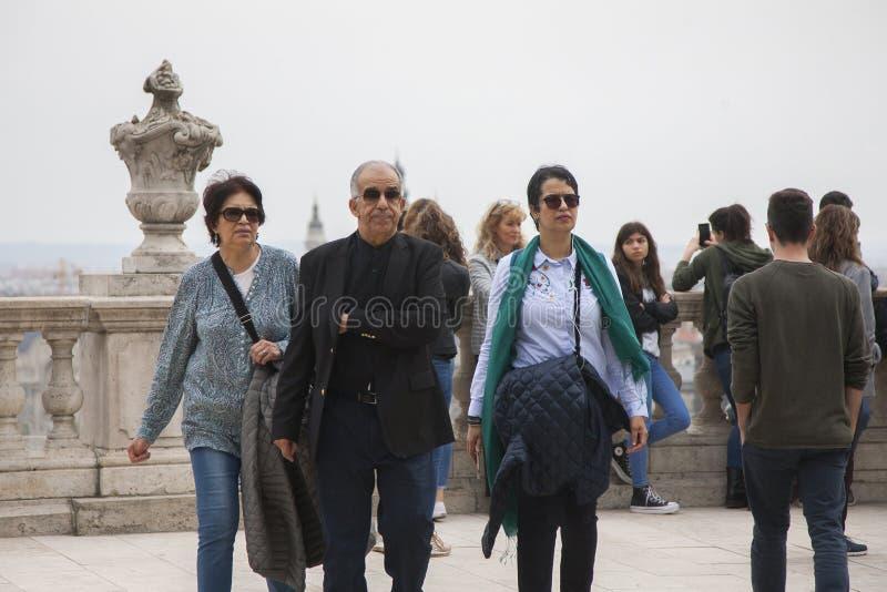 布达佩斯,匈牙利- 2018年4月10日:有他的妻子和女儿的年迈的丈夫 免版税库存照片