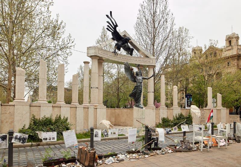 布达佩斯,匈牙利- 2018年4月17日:自由正方形 对德国和匈牙利纳粹主义的受害者的纪念碑 库存照片