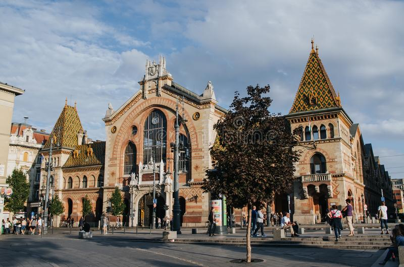 布达佩斯,匈牙利- 2016年9月17日:走在伟大的市场大厅,最大的室内市场前面的Peple在布达佩斯,安装 免版税库存照片