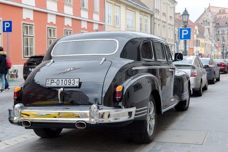 布达佩斯,匈牙利- 2018年3月25日:黑守旧派葡萄酒汽车ZIS在布达佩斯市街道停放了 免版税库存图片