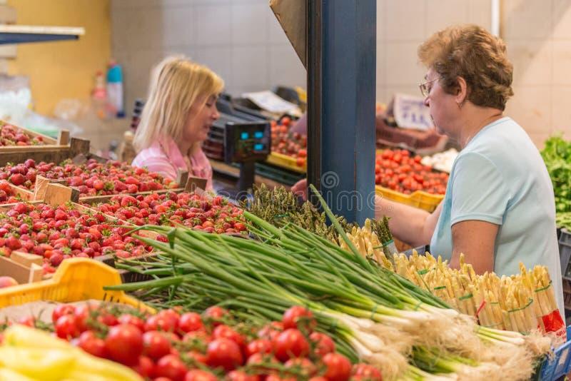布达佩斯,匈牙利- 2014年4月27日, :食物市场在布达佩斯,匈牙利(巨大市场霍尔) 新鲜农产品市场 免版税库存图片
