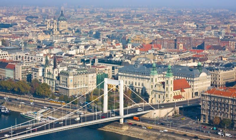 布达佩斯,匈牙利- 2015年11月6日:多瑙河的堤防从Gellert小山的 布达佩斯,匈牙利 免版税图库摄影