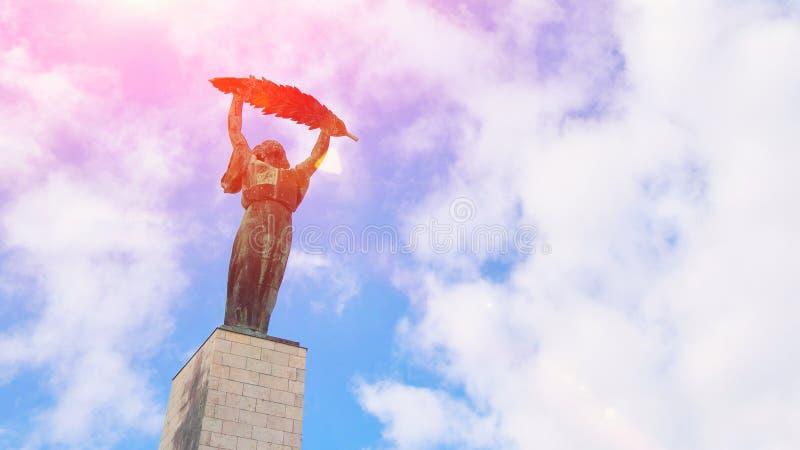 布达佩斯,匈牙利-美丽的匈牙利自由女神像或自由雕象纪念碑和天空蔚蓝的鸟瞰图与云彩 库存图片