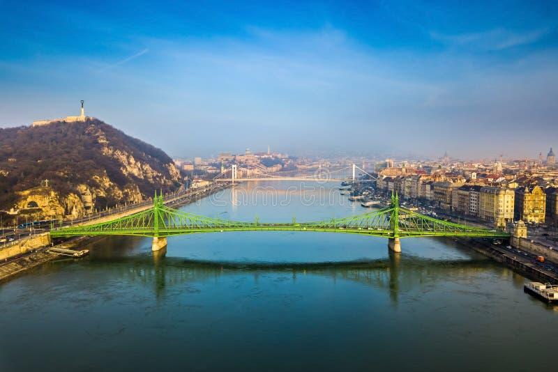 布达佩斯,匈牙利-美丽的自由桥梁Szabadsag空中地平线视图在一个晴朗的早晨掩藏了 免版税库存图片