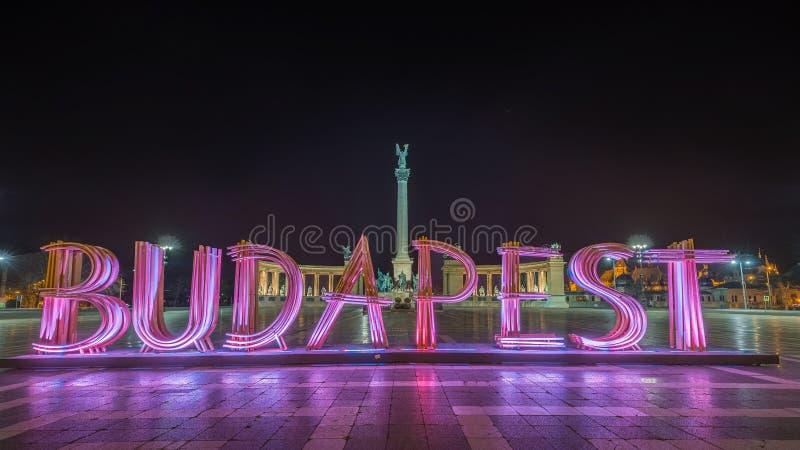 布达佩斯,匈牙利-美好的英雄` s正方形, Hosok tere或或千年纪念碑在夜之前 图库摄影
