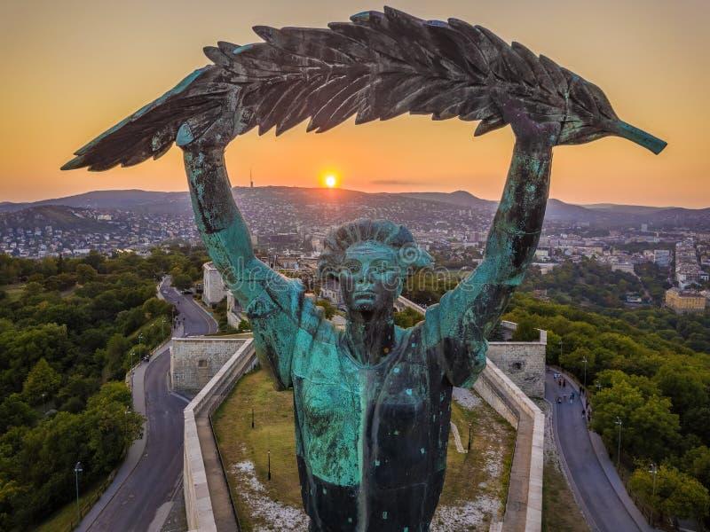 布达佩斯,匈牙利-自由女神像的鸟瞰图在日落的 免版税库存照片