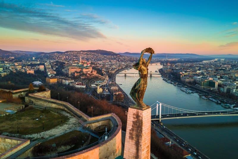 布达佩斯,匈牙利-自由女神像空中地平线视图与布达城堡王宫的 免版税库存照片