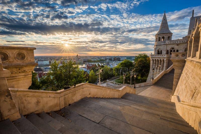 布达佩斯,匈牙利-著名渔夫本营的楼梯在一个美好的晴朗的早晨 免版税库存照片
