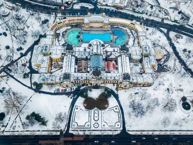 布达佩斯,匈牙利-著名Szechenyi热量浴的鸟瞰图从上面 免版税库存图片