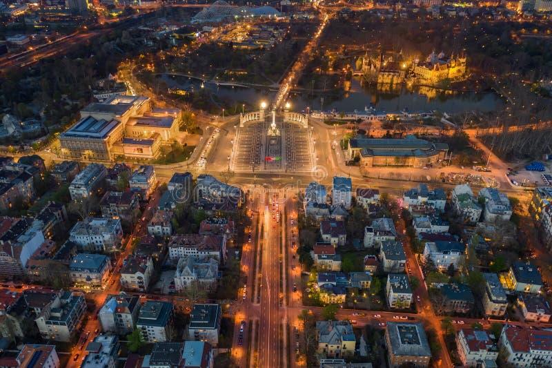布达佩斯,匈牙利-有启发性英雄的正方形鸟瞰图在黄昏的与城市公园,塞切尼温泉浴场,Vajdahunyad城堡 免版税库存照片