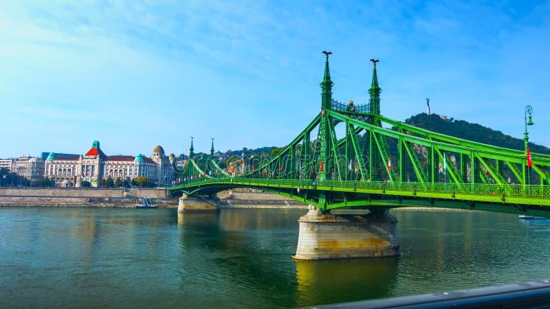 布达佩斯,匈牙利- MAI 01日2019年:在多瑙河的铁锁式桥梁在布达佩斯市 E 有老的都市风景全景 免版税库存照片