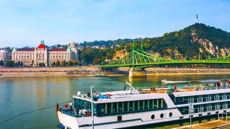 布达佩斯,匈牙利- MAI 01日2019年:布达佩斯著名旅游景点的一个经典看法-匈牙利议会和 图库摄影