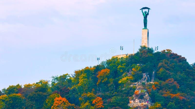 布达佩斯,匈牙利- MAI 01日2019年:美丽的匈牙利自由女神像和地平线的鸟瞰图与自由桥梁的  免版税库存照片