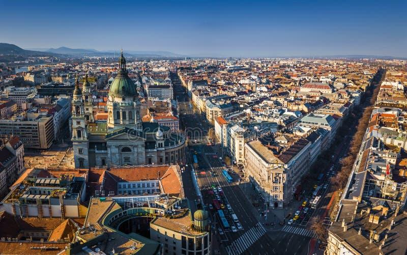 """布达佩斯,匈牙利- StStephen与Andrassy街道和Bajcsy†""""Zsilinszky街道的` s大教堂鸟瞰图  免版税库存照片"""