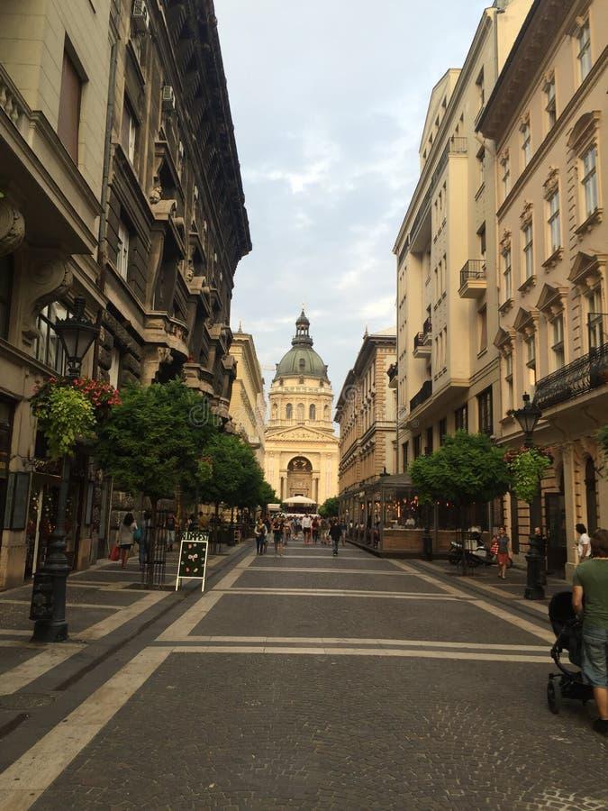 布达佩斯,匈牙利 Zrinyi街道,都市风景, stStefan大教堂视图 库存照片