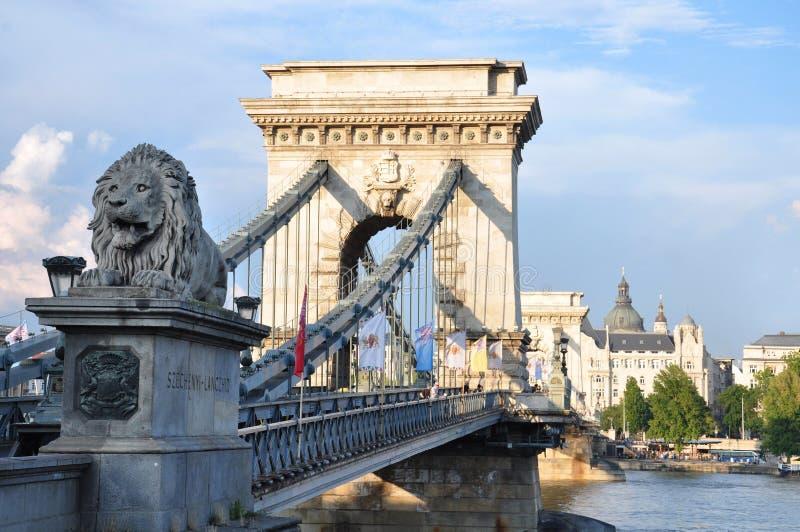布达佩斯,在多瑙河的著名铁锁式桥梁 免版税图库摄影