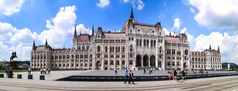 布达佩斯,布达佩斯/匈牙利;05/27/2018:布达佩斯议会大厦的一张全景正面图在夏天2018年,与 库存图片