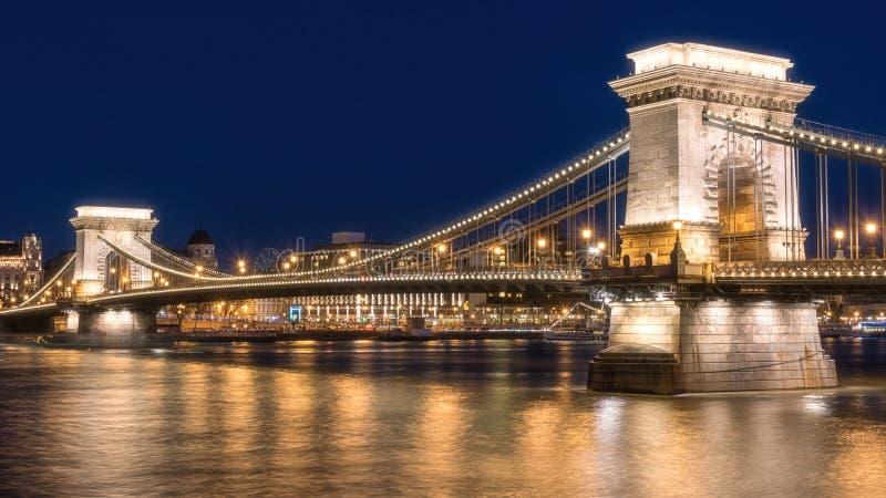 布达佩斯,铁锁式桥梁Szechenyi lanchid在暮色蓝色小时,匈牙利,欧洲 免版税库存照片