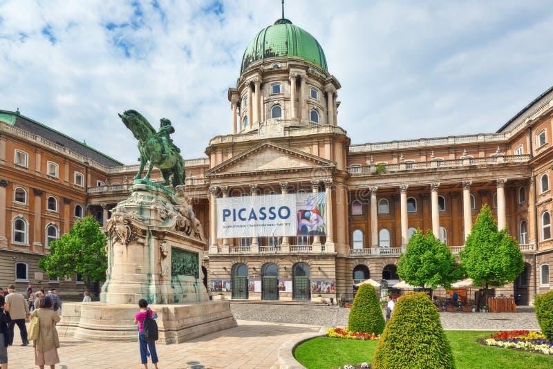 布达佩斯, HUNGARY-MAY 03日2016年:Savoyai Eugen雕象,在附近 库存图片