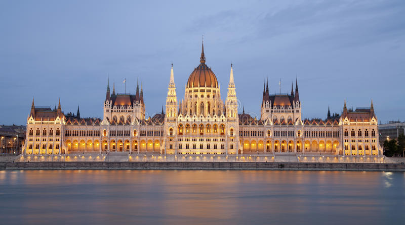 布达佩斯-在黄昏的议会 库存照片