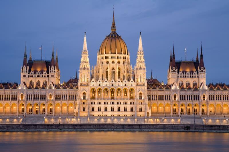 布达佩斯-在黄昏的议会 免版税库存照片