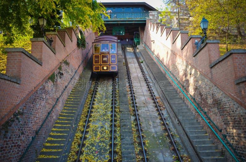 布达佩斯- 2013年10月:人们由缆索铁路去布达城堡在2013年10月23日,位于布达佩斯,匈牙利 它是 图库摄影