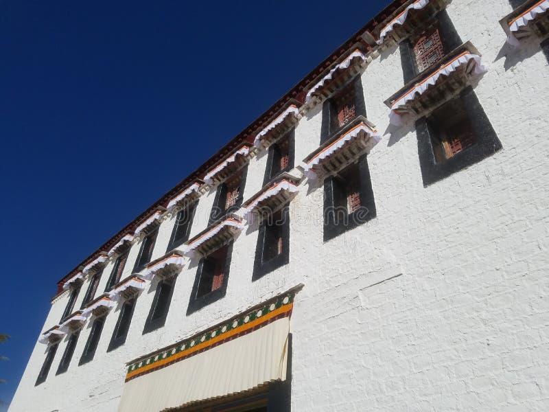 布达拉宫外墙和窗口  免版税库存图片