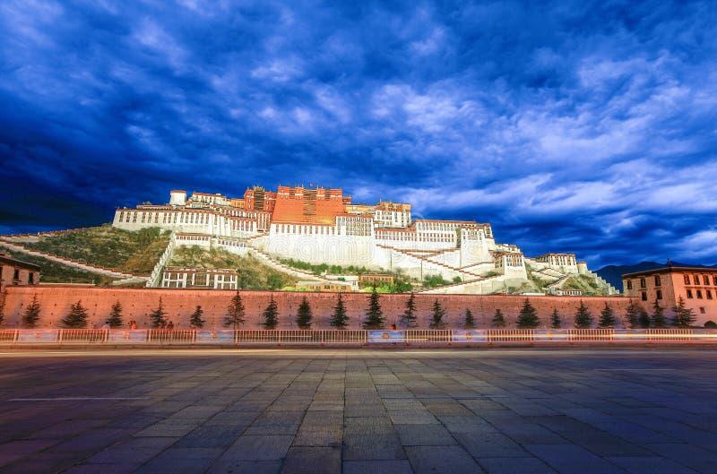 布达拉宫夜视图在西藏 免版税库存照片