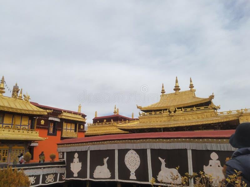 布达拉宫屋顶用薄膜金子装饰 库存照片