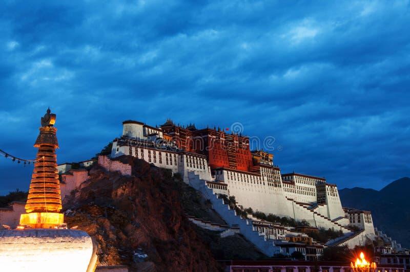 布达拉宫的夜视图 库存图片