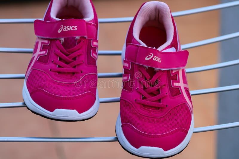 布里亚纳,西班牙03/02/19:桃红色运动鞋Asics 库存照片