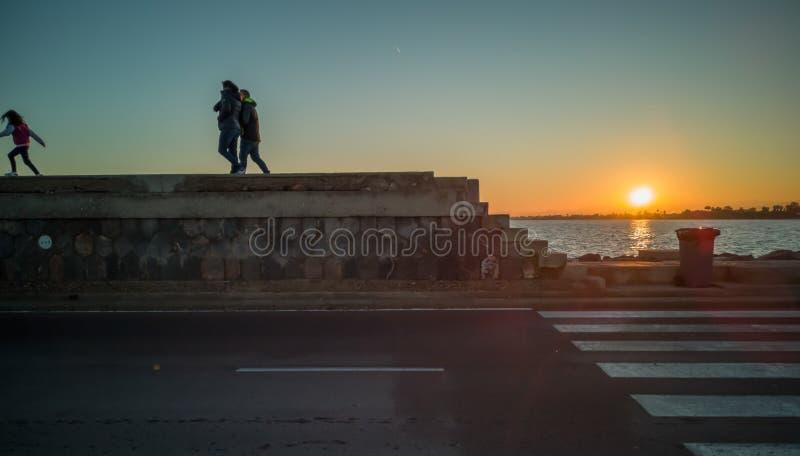 布里亚纳,西班牙12/06/18:漫步在防堤的家庭 免版税库存图片