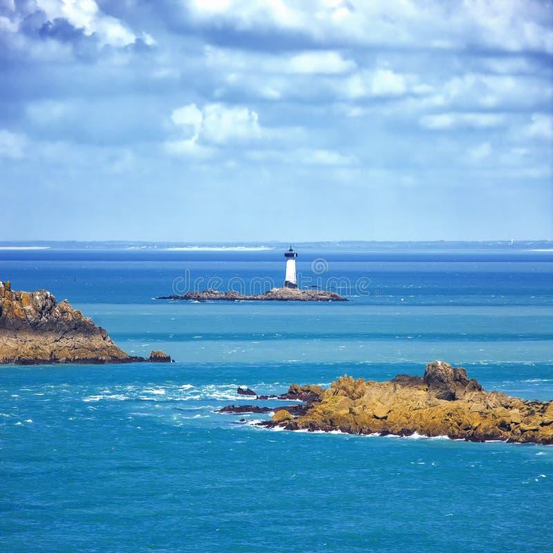 布里坦尼海洋全景、海岛和灯塔Point du Grouin。Cancale,法国 图库摄影