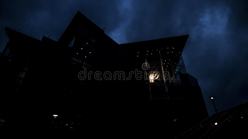 布里奇沃特霍尔曼彻斯特在晚上 免版税图库摄影