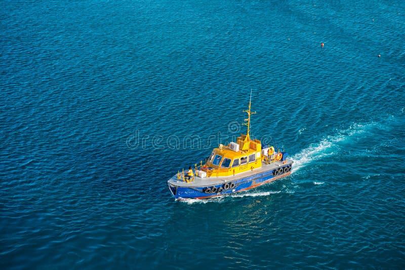 布里季敦,巴巴多斯- 2015年12月12日:试验救助艇浮游物在蓝色海 海飞行员运输和 免版税库存图片