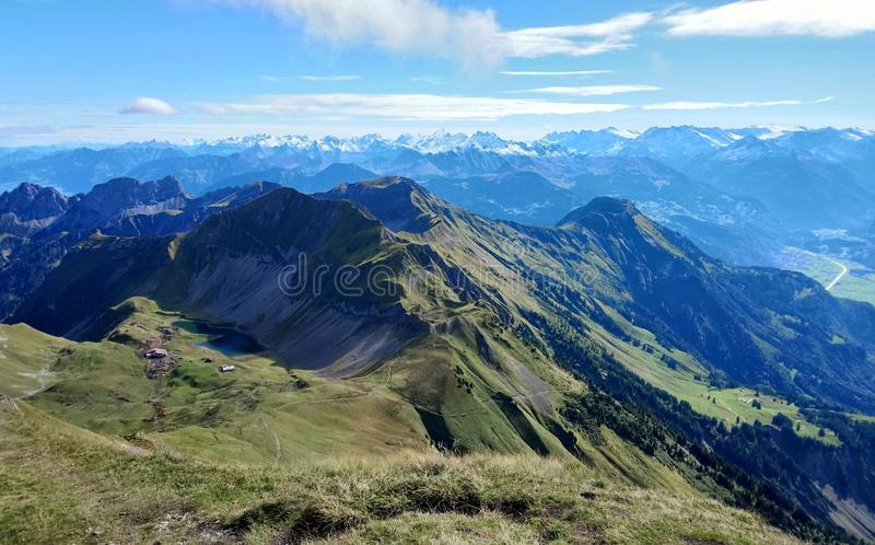 布里恩茨全景和山脉在一美好的天,瑞士惊人的看法  库存照片