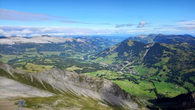 布里恩茨全景和山脉在一美好的天,瑞士惊人的看法  图库摄影