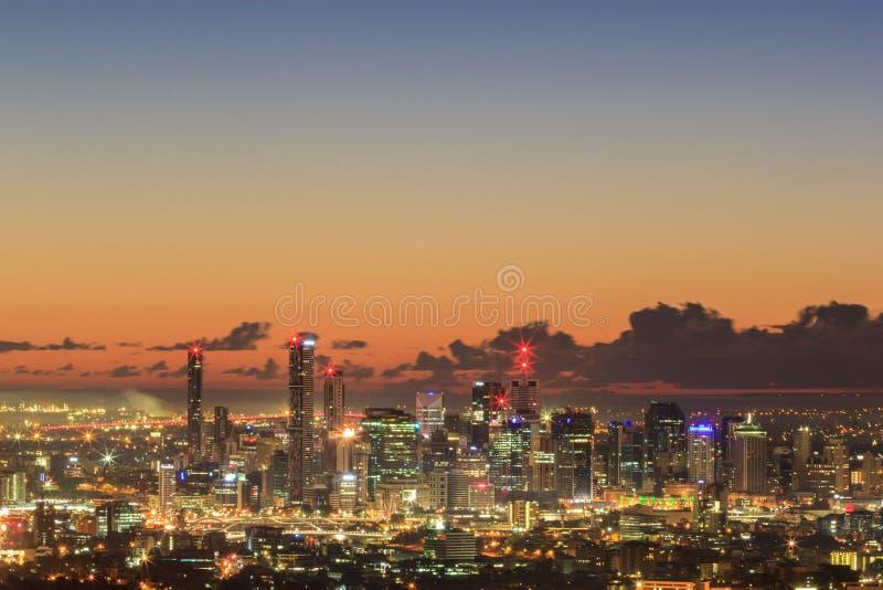 布里斯班市的日出视图从登上老傻瓜tha的 昆士兰 免版税库存照片