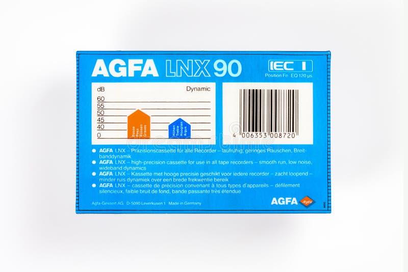 布里曼,德国- 2019年5月29日:被密封的音频紧凑卡式磁带爱克发耶老岛的LNX 90蓝色 罕见的viantage卡型盒式录音机,接近的后面  免版税图库摄影